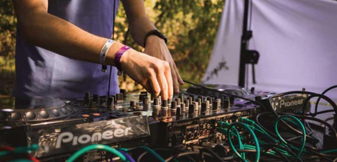 DJがスクラッチしているのはレコード? 画像